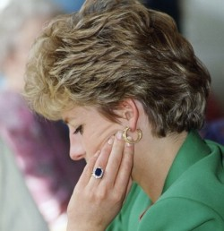 princess-Diana-in-green-with-her-engagement-ring-v2-e1365069934710